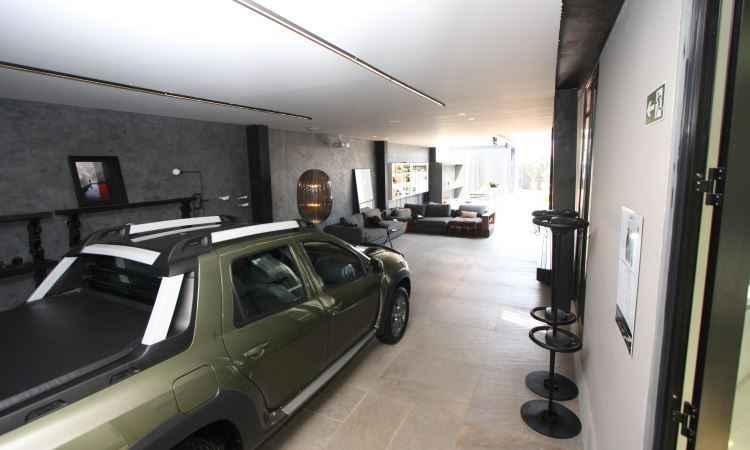 Ao adentrar a garagem, o primeiro espaço é destinado ao carro. Ali é possível estacionar dois veículos - Edésio Ferreira/EM/D.A. Press
