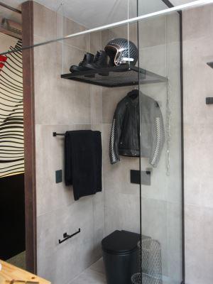 Ambiente mescla o banheiro de um motociclista com o espaço em que ele faz manutenções na moto - Edésio Ferreira/EM/D.A. Press