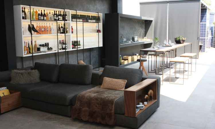 A maior área foi dedicada ao bar e a uma cozinha: a estante concentra copos e bebidas na parte de cima - Edésio Ferreira/EM/D.A. Press