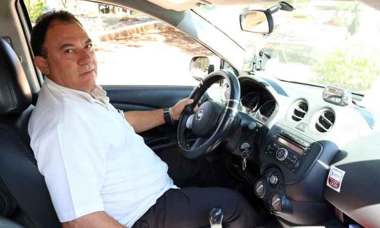 José Nunes e o táxi que dirige quase todos os dias - Nissan/Divulgação