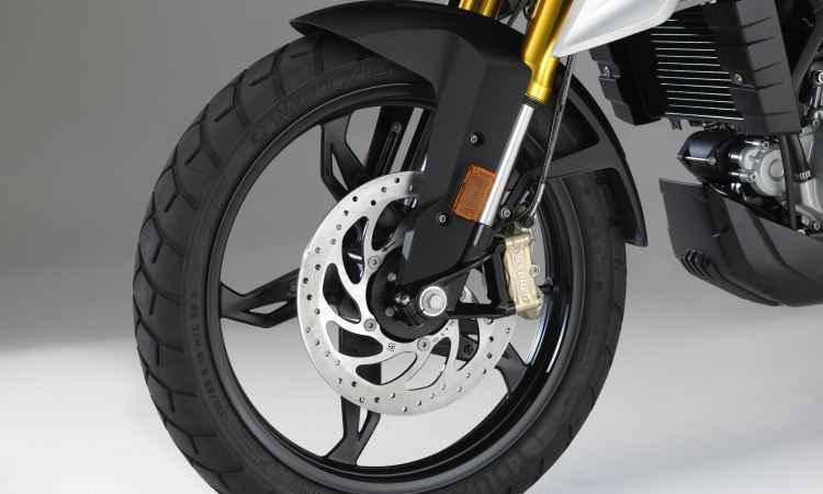 As rodas são de liga leve, com aro de 19 polegadas na dianteira - BMW/Divulgação