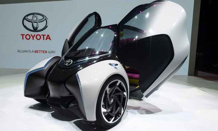 Destaque no estande da Toyota é o conceito elétrico i-Tril, um triciclo compacto futurista  - Fabrice Coffrini/AFP