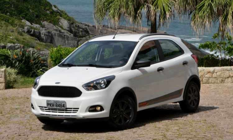 O visual tem estilo discreto, com rodas de 15 polegadas pintadas de preto, rack no teto, faróis de neblina e molduras nas caixas de roda  - Ford/Divulgação