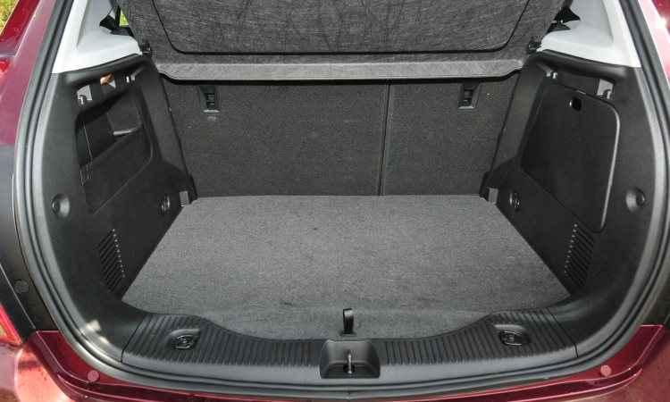 Com o banco traseiro na posição normal, porta-malas já tem bom volume... - Ramon Lisboa/EM/D.A Press