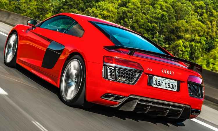 Na traseira, aerofólio fixo e grandes saídas do escapamento em formato trapezoidal - Audi/Divulgação
