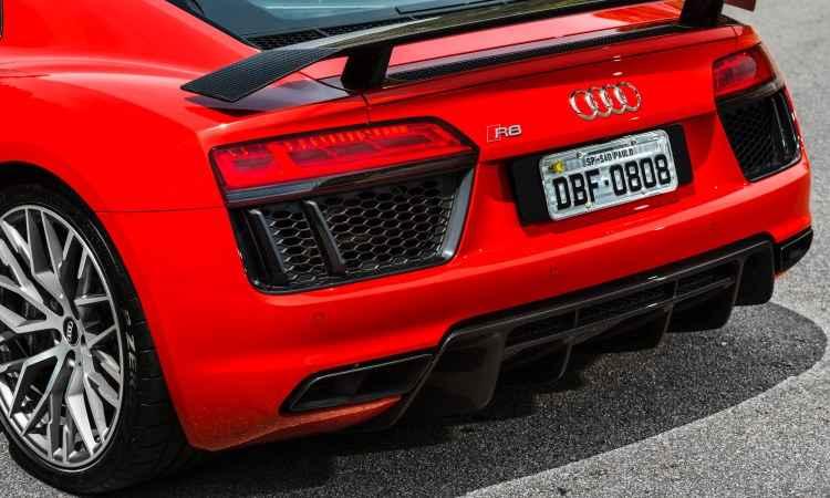 Abaixo das lanternas traseiras, grandes saídas de ar para auxiliar na refrigeração do motor - Audi/Divulgação