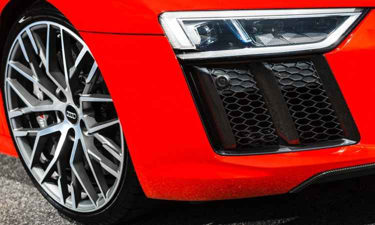 Faróis a laser garantem iluminação eficiente, enquanto as rodas aro 20 polegadas são calçadas com pneus perfil 30 - Audi/Divulgação