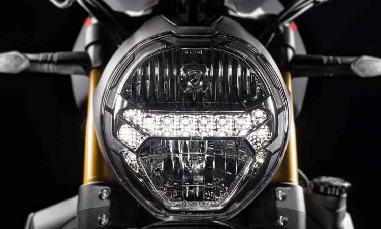 Farol redondo é característica marcante da fabricante italiana - Fotos: Mario Villaescusa/Johanes Duarte/Ducati/Divulgação