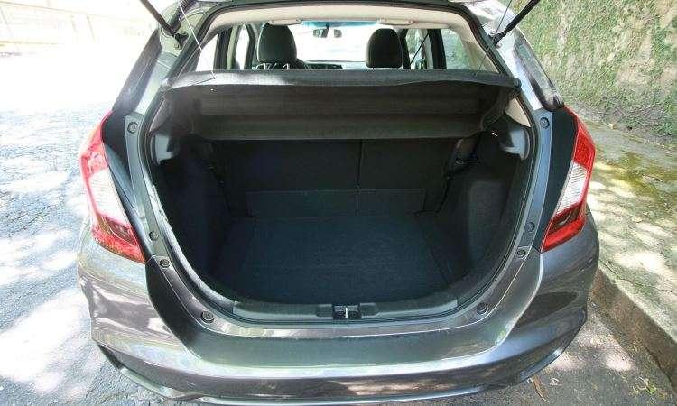 Para um compacto, porta-malas de 363 litros é espaçoso, e ainda guarda o estepe - Edésio Ferreira/EM/D.A Press