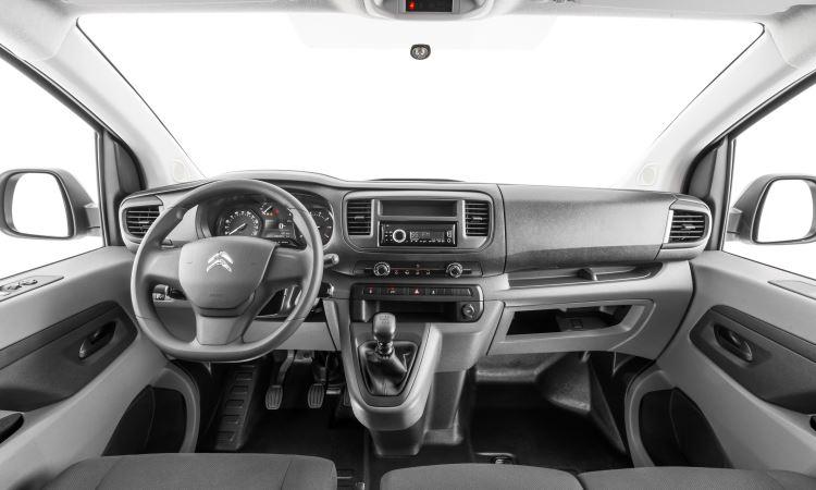 Interior lembra o de um veículo de passeio, com direito a velocímetro digital e computador de bordo; existem diversos porta-trecos espalhados pela cabine - Coitroën/Divulgação
