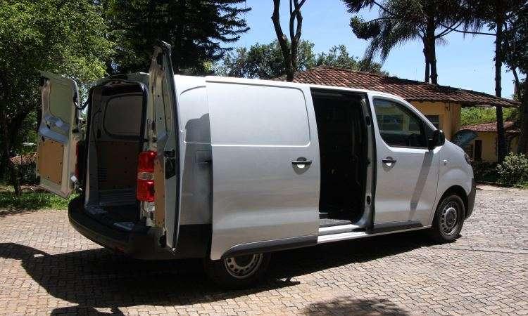 Porta lateral deslizante permite acomodar carga pesada no fundo do compartimento com o auxílio de uma empilhadeira - Edésio Ferreira/EM/D.A Press