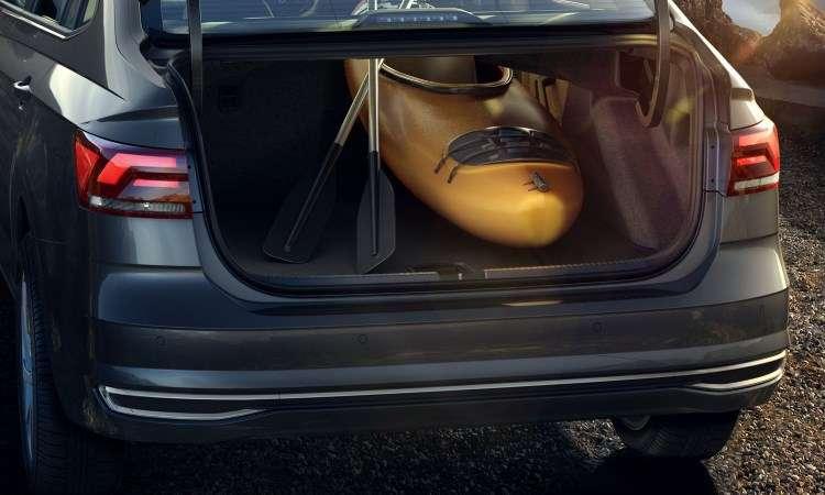 Com 521 litros, compartimento de carga do Virtus pode ser expandido; versão de topo rebate até o banco do passageiro, para transportar objetos longos - Volkswagen/Divulgação