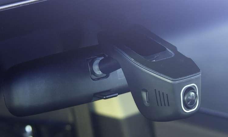 A câmera instalada atrás do retrovisor possibilita gravar imagens de áudio dos percursos - JAC/Divulgação