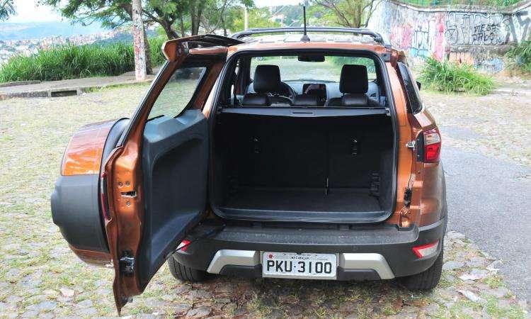 Para abrir a tampa do porta-malas é preciso reservar um bom espaço atrás do veículo - Gladyston Rodrigues/EM/D.A Press
