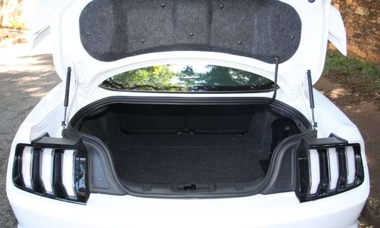 Porta-malas de 382 litros é artigo de luxo para um esportivo - Edésio Ferreira/EM/D.A Press