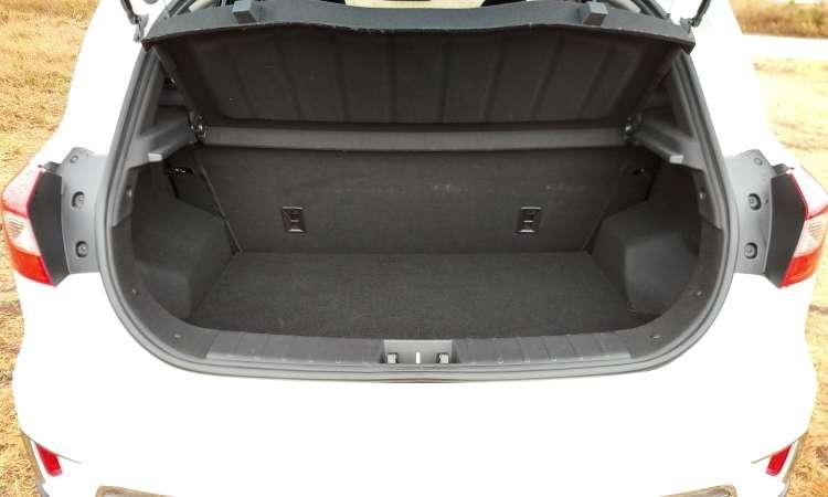 Difícil acreditar que o porta-malas tem mesmo 450 litros de volume, como declarado pela JAC - Pedro Cerqueira/EM/D.A Press