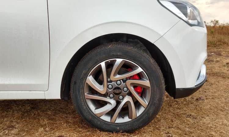 Rodas de liga leve de 16 polegadas são de série, e as pinças de freio pintadas de vermelho destoam da proposta - Pedro Cerqueira/EM/D.A Press