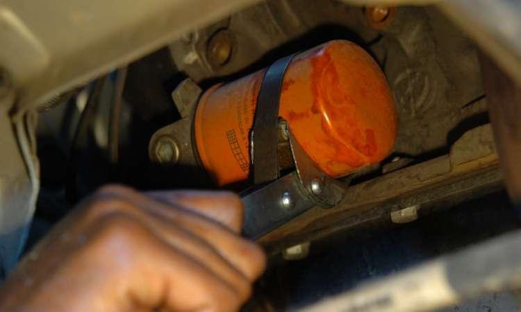 O filtro de óleo deve ser trocado juntamente com o lubrificante, para evitar a contaminação - Emmanuel Pinheiro/EM/D.A Press