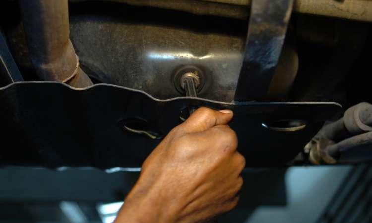 O bujão do cárter deve receber o aperto na medida certa, para evitar o vazamento - Emmanuel Pinheiro/EM/D.A Press