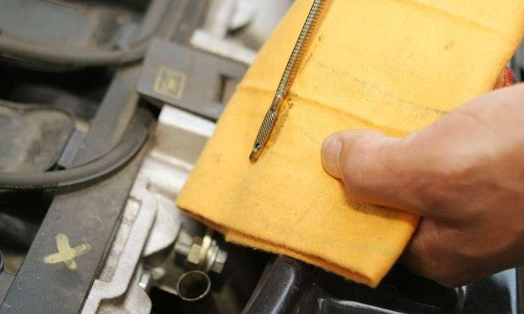 Limpar a vareta com estopa ou pano sujo não é recomendado. O ideal é toalha de papel, para não contaminar o óleo novo - Eduardo Rocha/RR
