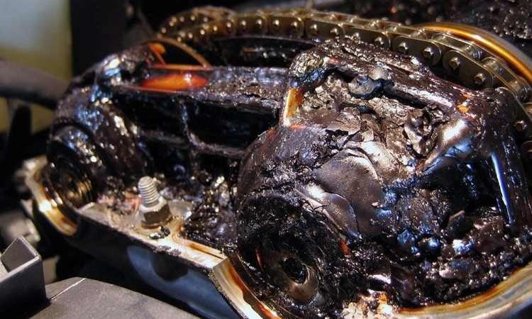 A falta de cuidados com a troca do lubrificante pode gerar borra no motor, que pode até travar - Photobucket.com