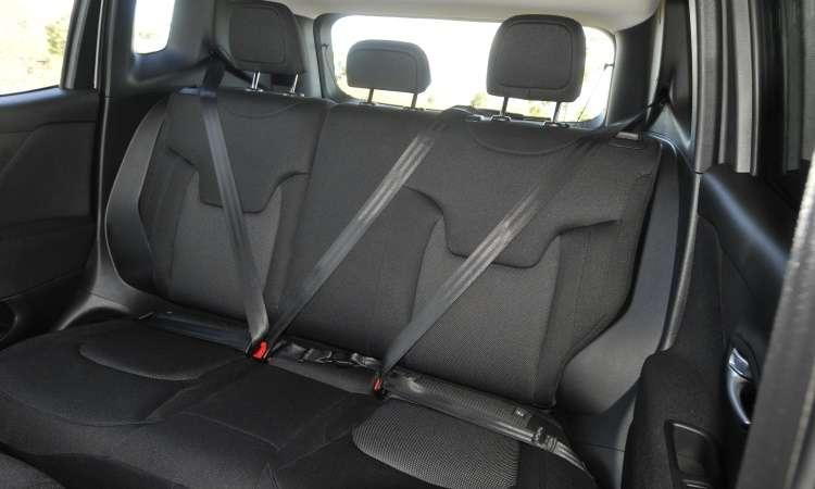 Espaço no banco traseiro é ideal para dois passageiros, mas há itens de segurança para três - Juarez Rodrigues/EM/D.A Press