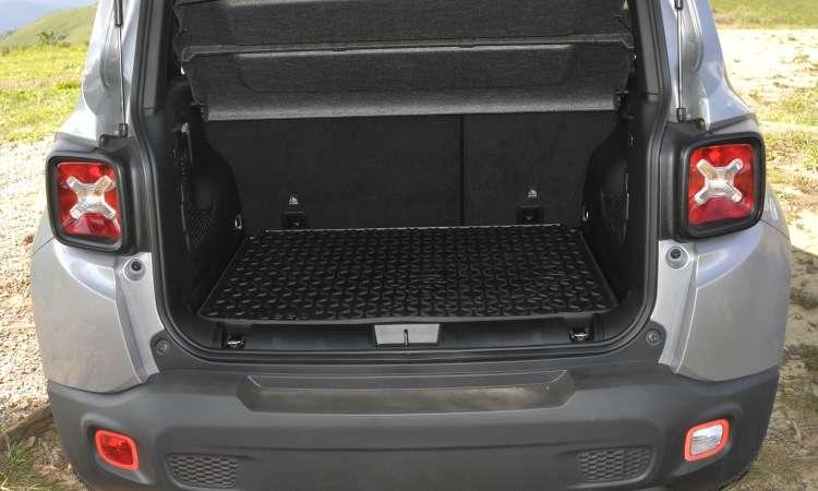 Com 320 litros de capacidade, o porta-malas é um dos menores do segmento de SUVs compactos - Juarez Rodrigues/EM/D.A Press