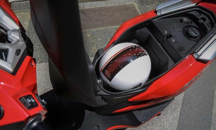 O porta-malas embaixo do banco tem 20 litros de volume - Caio Mattos/Honda/Divulgação