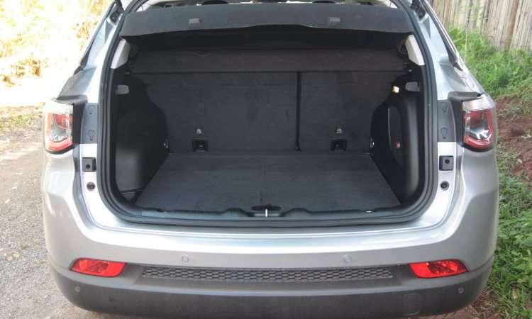 Porta-malas é razoável, com volume de 410 litros, porém abriga o estepe - Jair Amaral/EM/D.A Press