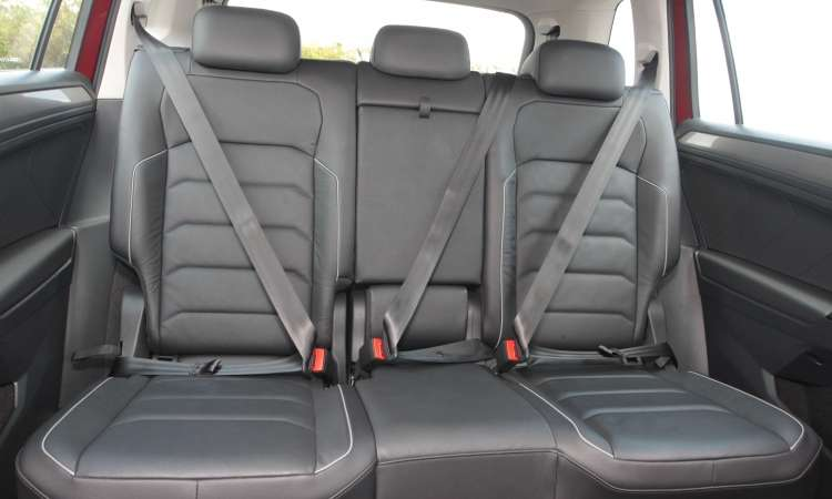 Na segunda fileira de bancos o conforto é só para dois passageiros, já que no meio fica apertado - Jair Amaral/EM/D.A Press