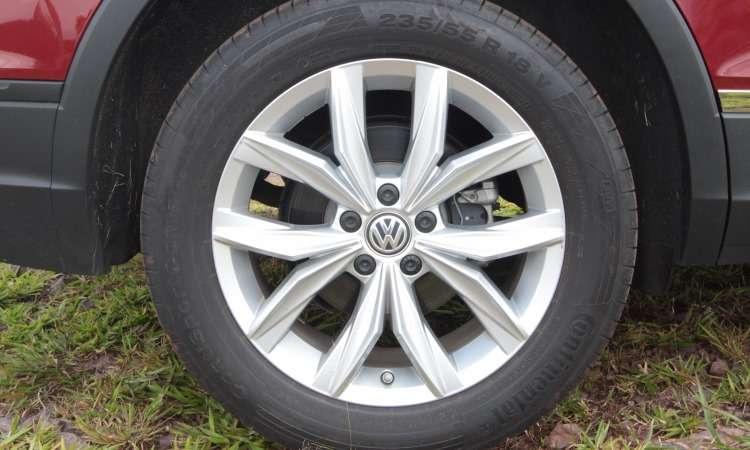As rodas de liga leve são de 18 polegadas, calçadas com pneus na medida 235/55 - Jair Amaral/EM/D.A Press