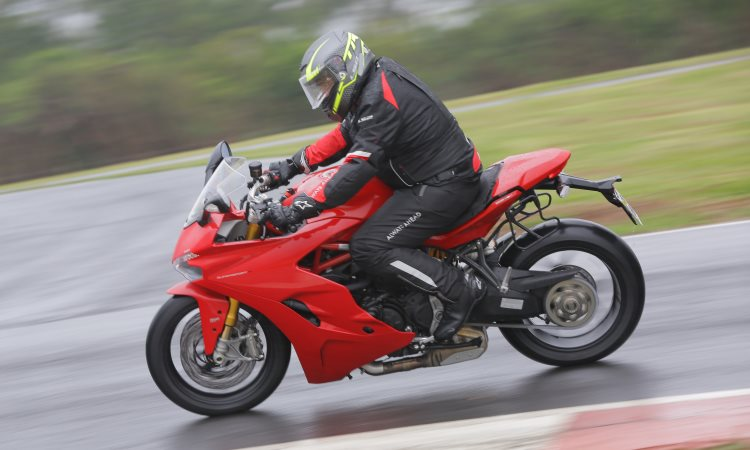 A posição de pilotagem menos radical permite rodar no dia a dia - Mário Villaescusa/Ducati/Divulgação