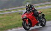 Ducati Supersport S tem pilotagem prazerosa em ritmo acelerado e também devagar